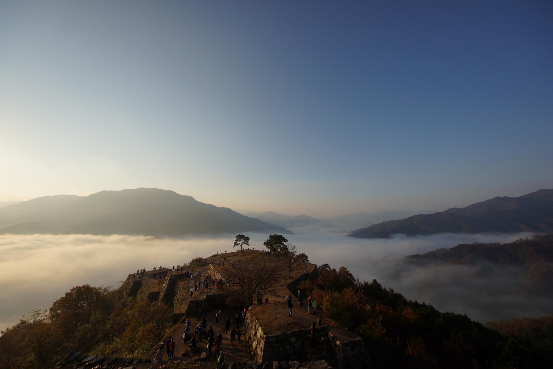 509822_m 兵庫県 竹田城(雲海に包まれる秋におすすめの絶景写真スポット!アクセス情報や雲海の発生条件など)
