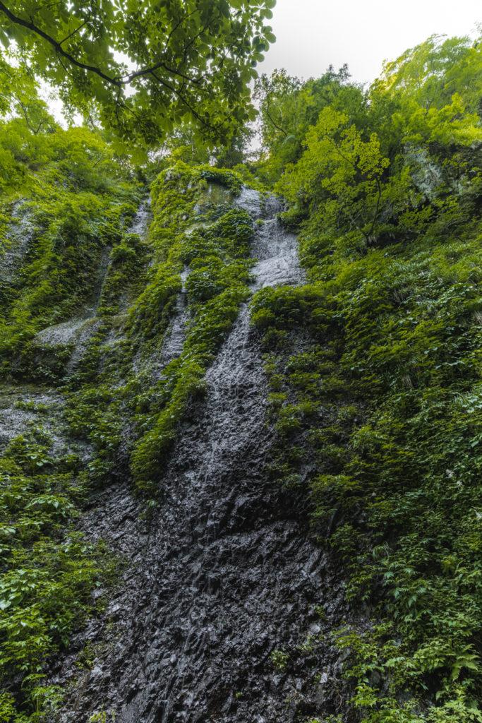 DSC2296-683x1024 兵庫県 シワガラの滝(兵庫県の夏、新緑の時期におすすめの絶景滝写真スポット!撮影した写真の紹介、アクセス情報や撮影ポイントなど!)