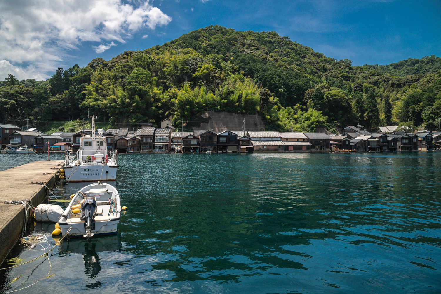 NIKON-CORPORATION_NIKON-D85016175 京都  伊根の舟屋 ( 丹後半島おすすめの海に町が浮かぶように見える絶景写真スポット・アクセス情報や駐車場など!)