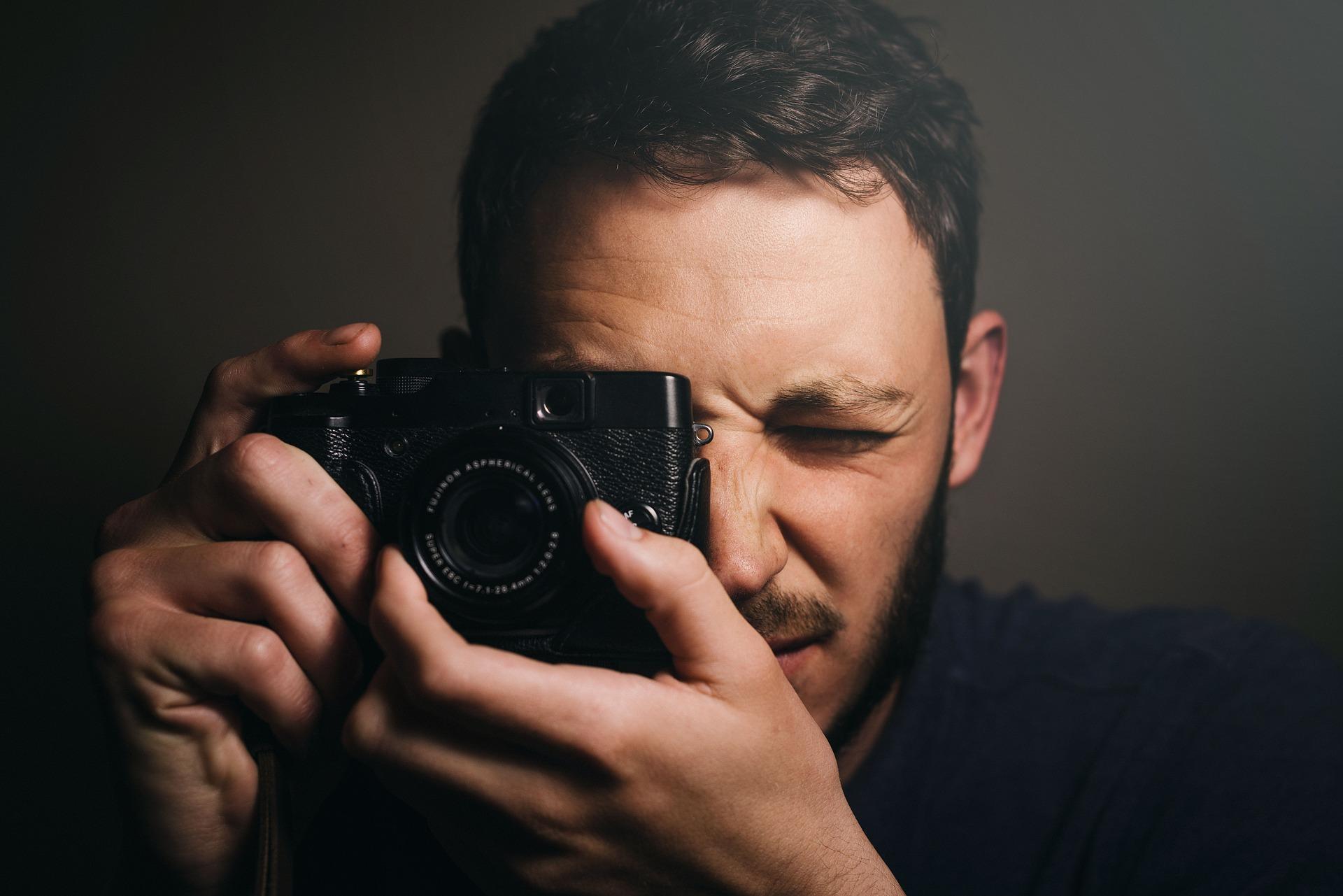 people-2567215_1920 一眼レフ・ミラーレス・コンデジ・その他カメラやスマホで写真をブレずに撮るテクニックとコツを解説!